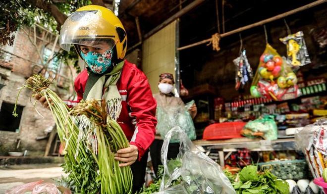 Người dân ở tâm dịch Sơn Lôi tích cực ra đồng trồng cấy trong thời gian cách ly - Ảnh 2.