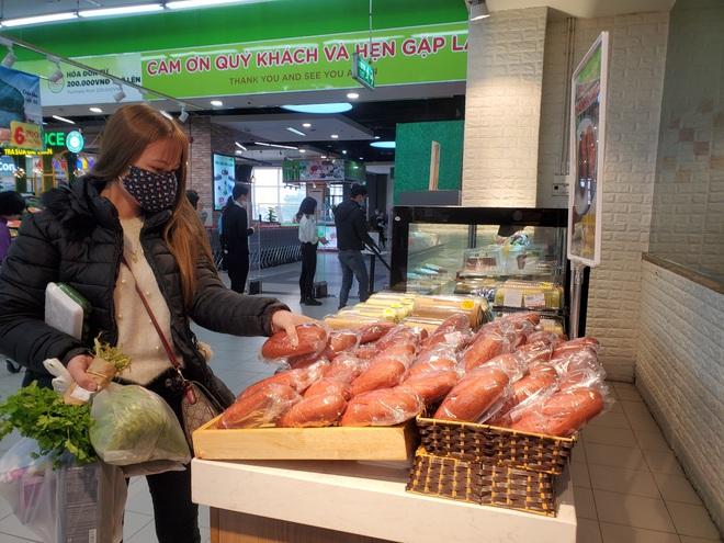 Giải cứu nông sản đợt dịch Covid-19: Hà Nội xuất hiện bánh mì thanh long 3.000 đồng/chiếc - Ảnh 2.