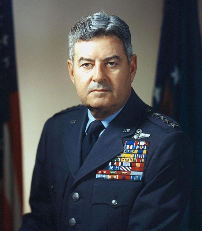 Thực hư Hangar 18 - Căn cứ bí mật Mỹ tiến hành giải mã đĩa bay, người ngoài hành tinh  - Ảnh 2.