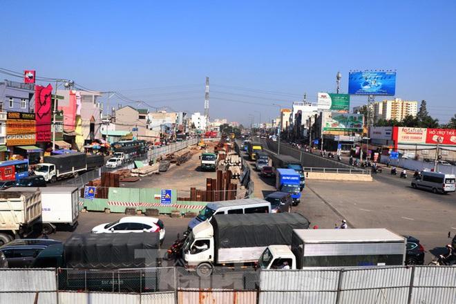 Cận cảnh nút giao thông 3 tầng giải tỏa kẹt xe cửa ngõ Sài Gòn sắp hoàn thành - Ảnh 1.