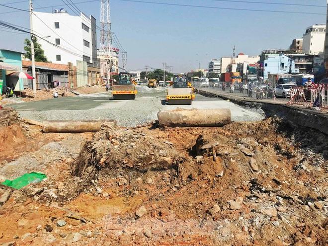 Cận cảnh nút giao thông 3 tầng giải tỏa kẹt xe cửa ngõ Sài Gòn sắp hoàn thành - Ảnh 2.