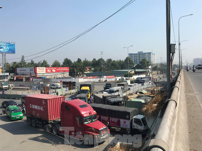 Cận cảnh nút giao thông 3 tầng giải tỏa kẹt xe cửa ngõ Sài Gòn sắp hoàn thành - Ảnh 11.