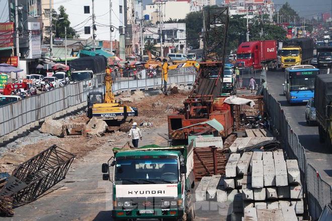 Cận cảnh nút giao thông 3 tầng giải tỏa kẹt xe cửa ngõ Sài Gòn sắp hoàn thành - Ảnh 3.