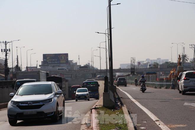 Cận cảnh nút giao thông 3 tầng giải tỏa kẹt xe cửa ngõ Sài Gòn sắp hoàn thành - Ảnh 5.