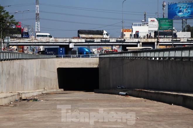 Cận cảnh nút giao thông 3 tầng giải tỏa kẹt xe cửa ngõ Sài Gòn sắp hoàn thành - Ảnh 8.