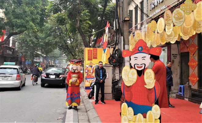 """Tiệm vàng phun khử trùng trước ngày Vía Thần Tài, khách đeo khẩu trang mua """"lộc"""" may mắn - Ảnh 1."""