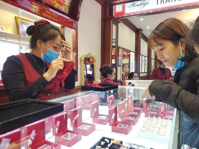"""Tiệm vàng phun khử trùng trước ngày Vía Thần Tài, khách đeo khẩu trang mua """"lộc"""" may mắn - Ảnh 2."""