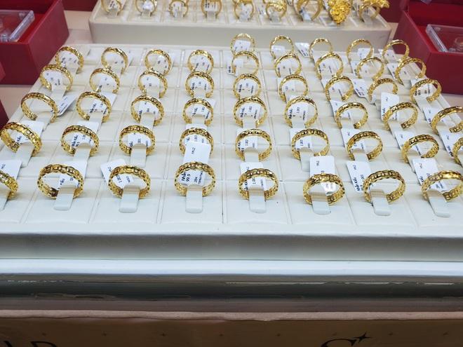 """Tiệm vàng phun khử trùng trước ngày Vía Thần Tài, khách đeo khẩu trang mua """"lộc"""" may mắn - Ảnh 3."""