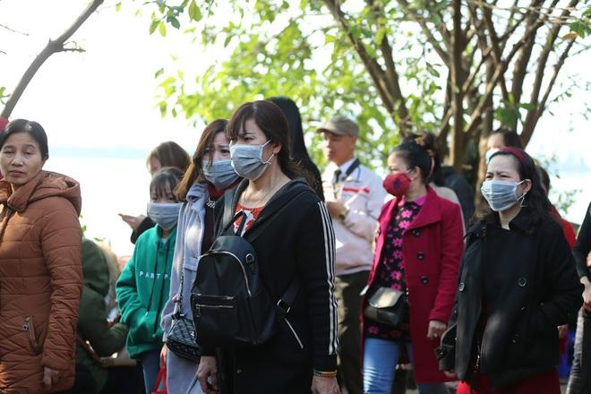 Tìm đến nơi đông đúc nghìn người, đứng vỉa hè bán dạo khẩu trang trong đợt dịch Corona - Ảnh 1.