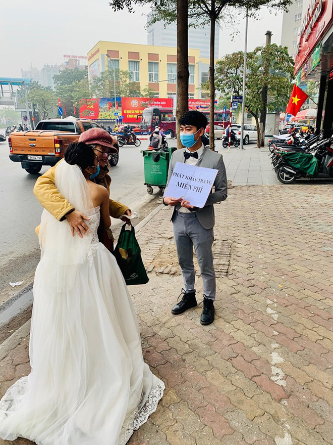 Cô dâu chú rể phát khẩu trang miễn phí trên phố khiến dân mạng tranh cãi gay gắt - Ảnh 3.