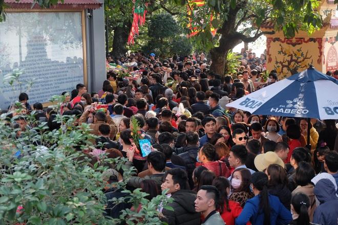 Tìm đến nơi đông đúc nghìn người, đứng vỉa hè bán dạo khẩu trang trong đợt dịch Corona - Ảnh 6.