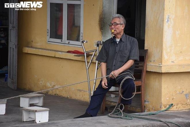 Ông lão khuyết tật tình nguyện làm barie sống tại ngã tư tử thần ở Hải Phòng - Ảnh 3.