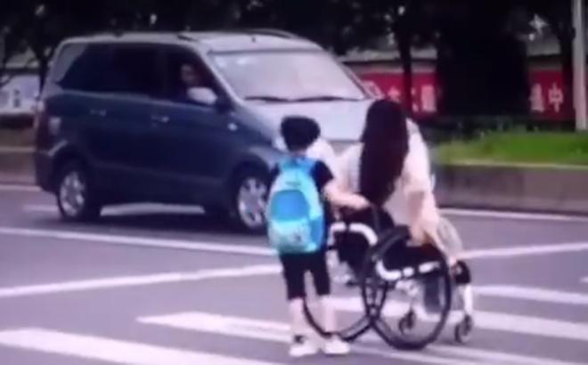 """Được ô tô nhường sang đường trước, cậu bé dừng lại để làm một việc khiến ai nấy trầm trồ: """"Còn nhỏ mà đã hiểu chuyện"""""""