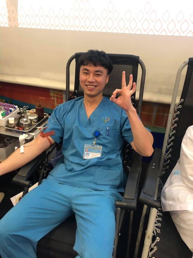 Là bác sĩ đi hiến máu còn sợ kim tiêm, hành động nhắm chặt mắt của chàng trai càng gây cười - Ảnh 1.