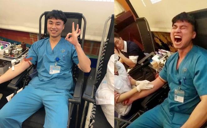 Là bác sĩ đi hiến máu còn sợ kim tiêm, hành động nhắm chặt mắt của chàng trai càng gây cười