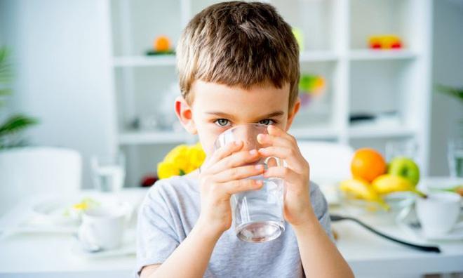 Bí quyết sống lành mạnh hoá ra thật đơn giản liên quan tới việc uống 8 ly nước mỗi ngày - Ảnh 1.