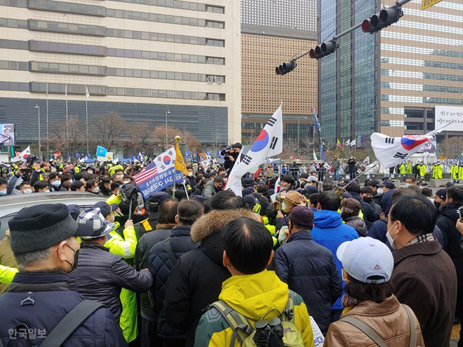 [ẢNH] Dịch COVID-19 diễn biến phức tạp, hàng ngàn người dân tại Seoul vẫn tuần hành bất chấp lệnh cấm tụ tập - Ảnh 9.