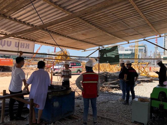 Nóng: Sập cần cẩu trong công trình đang xây dựng, 3 người chết, 3 người bị thương - Ảnh 1.