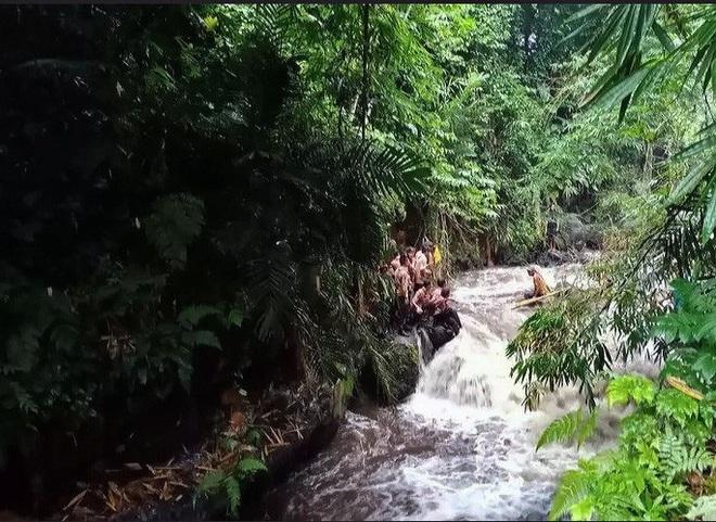 Đi cắm trại ven sông, hơn 250 học sinh bị lũ quét cuốn trôi - ảnh 1