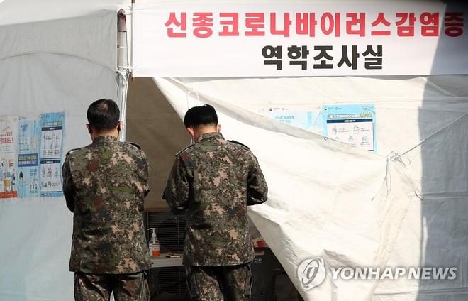 Số binh sĩ Hàn Quốc được cách ly tăng gấp đôi chỉ trong 1 ngày - Ảnh 2.