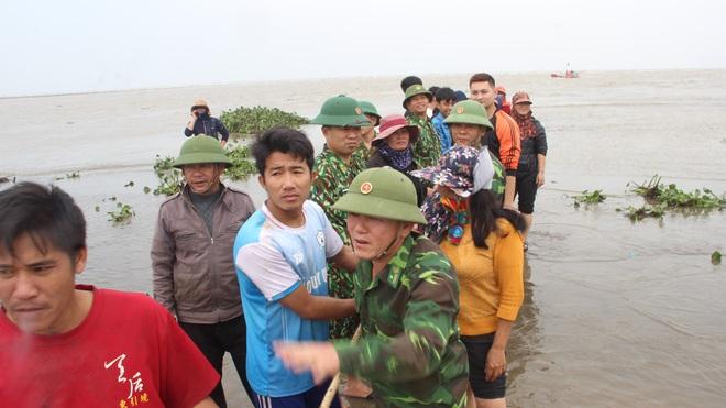 Cả làng hò nhau ra kéo tàu cá bị chìm dưới biển - Ảnh 4.