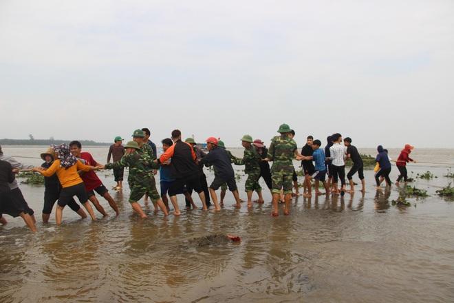Cả làng hò nhau ra kéo tàu cá bị chìm dưới biển - Ảnh 3.