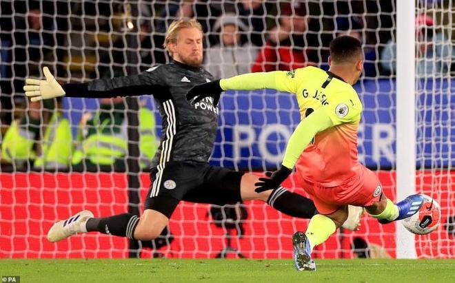 Vòng 27 Ngoại hạng Anh: Aguero đá hỏng phạt đền, Man City nhọc nhằn đánh bại Leicester City