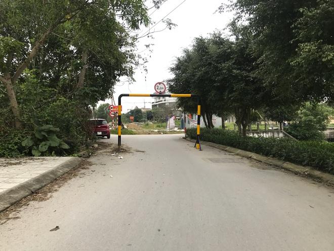 Doanh nghiệp tự ý dựng rào chắn đường vào khu đô thị, dân lo xe cứu hỏa không thể vào chữa cháy - Ảnh 6.