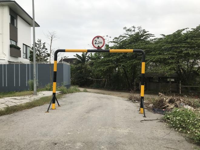 Doanh nghiệp tự ý dựng rào chắn đường vào khu đô thị, dân lo xe cứu hỏa không thể vào chữa cháy - Ảnh 3.
