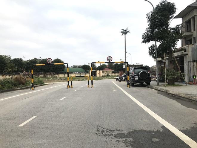 Doanh nghiệp tự ý dựng rào chắn đường vào khu đô thị, dân lo xe cứu hỏa không thể vào chữa cháy - Ảnh 4.