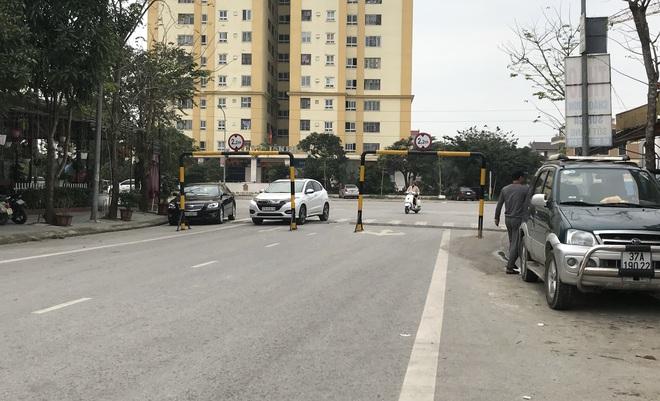 Doanh nghiệp tự ý dựng rào chắn đường vào khu đô thị, dân lo xe cứu hỏa không thể vào chữa cháy - Ảnh 2.