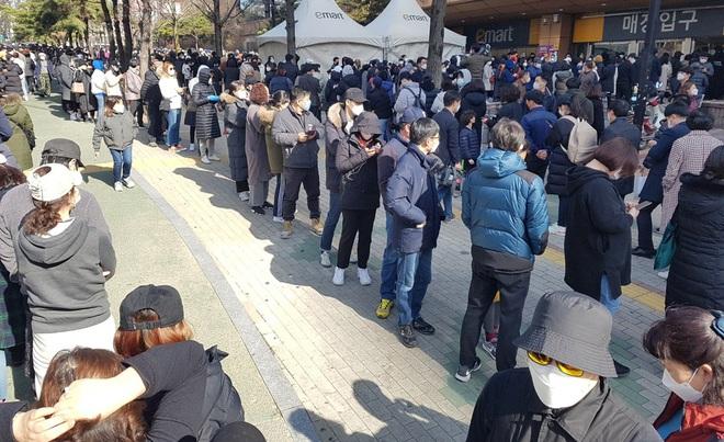 24h qua ảnh: Người dân Hàn Quốc xếp hàng dài mua khẩu trang - Ảnh 3.