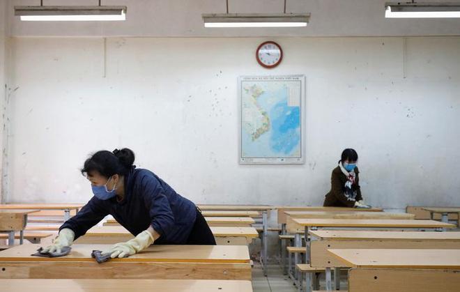 24h qua ảnh: Người dân Hàn Quốc xếp hàng dài mua khẩu trang - Ảnh 5.