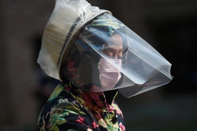 24h qua ảnh: Người dân Hàn Quốc xếp hàng dài mua khẩu trang - Ảnh 4.