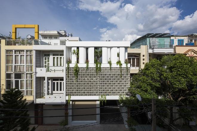 Mãn nhãn với ngôi nhà màu trắng, có lối thiết kế độc đáo tại Tp.HCM - Ảnh 1.