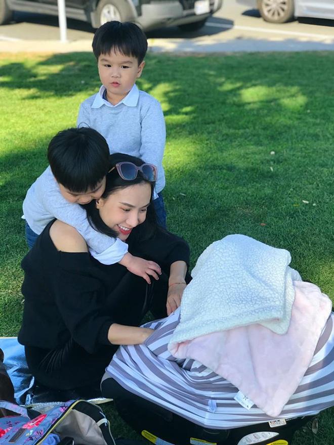 3 cặp sinh đôi nhà sao Việt nổi như cồn trên mạng xã hội: Bé con lai đã lớn phổng phao như thiếu nữ, bé cùng bố mẹ sống đầy trải nghiệm nơi trời Tây - Ảnh 6.