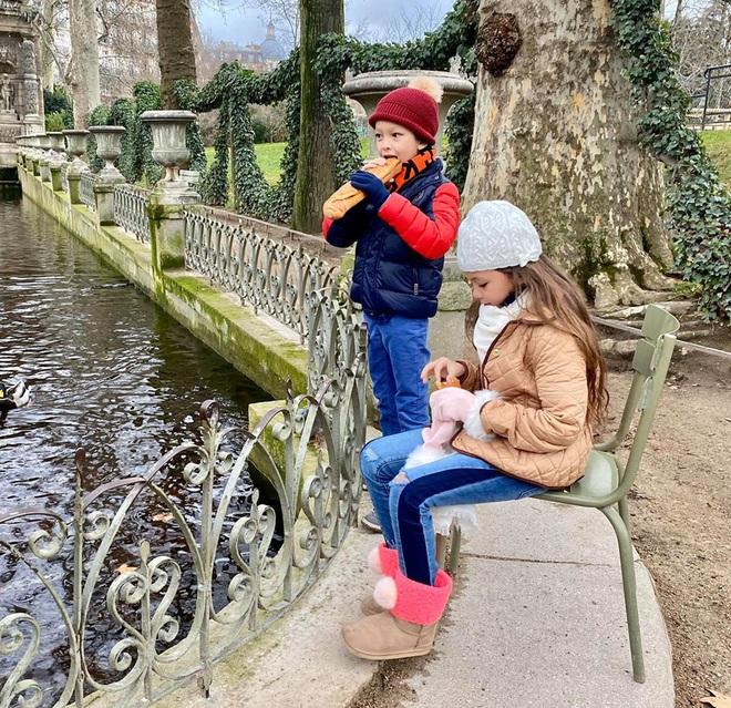 3 cặp sinh đôi nhà sao Việt nổi như cồn trên mạng xã hội: Bé con lai đã lớn phổng phao như thiếu nữ, bé cùng bố mẹ sống đầy trải nghiệm nơi trời Tây - Ảnh 16.