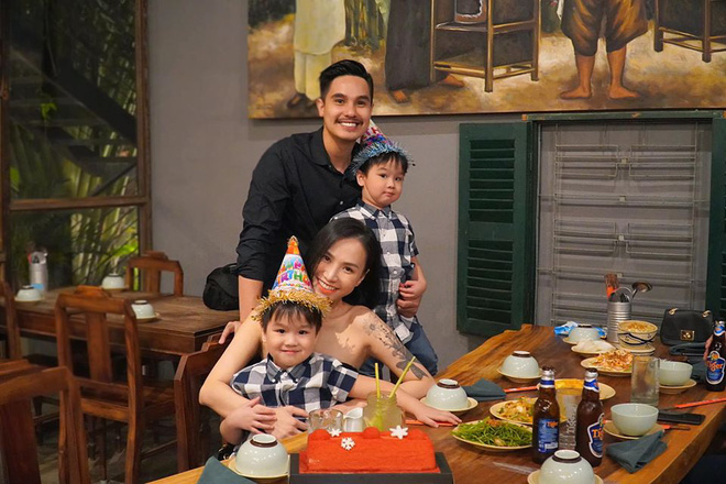 3 cặp sinh đôi nhà sao Việt nổi như cồn trên mạng xã hội: Bé con lai đã lớn phổng phao như thiếu nữ, bé cùng bố mẹ sống đầy trải nghiệm nơi trời Tây - Ảnh 4.