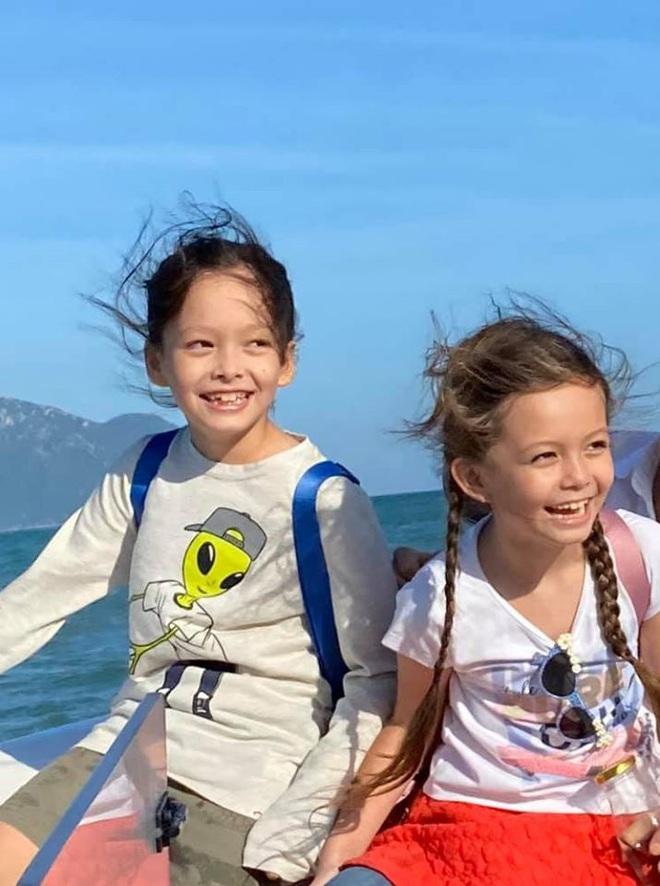 3 cặp sinh đôi nhà sao Việt nổi như cồn trên mạng xã hội: Bé con lai đã lớn phổng phao như thiếu nữ, bé cùng bố mẹ sống đầy trải nghiệm nơi trời Tây - Ảnh 17.
