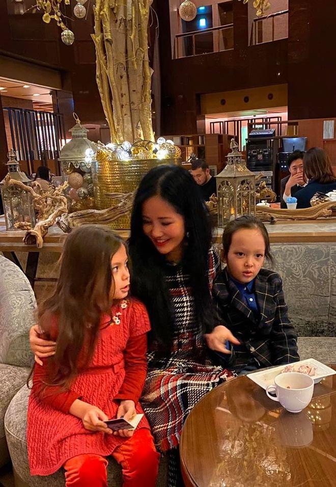 3 cặp sinh đôi nhà sao Việt nổi như cồn trên mạng xã hội: Bé con lai đã lớn phổng phao như thiếu nữ, bé cùng bố mẹ sống đầy trải nghiệm nơi trời Tây - Ảnh 12.