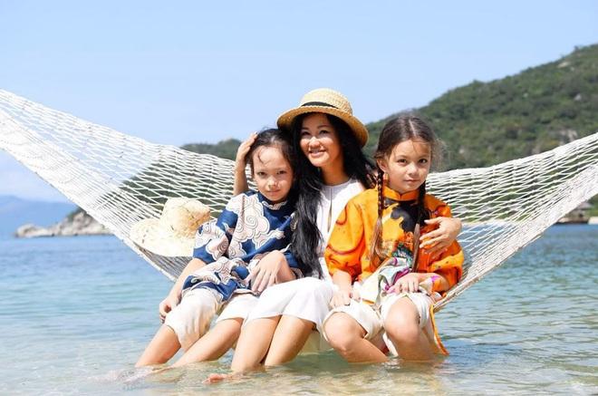 3 cặp sinh đôi nhà sao Việt nổi như cồn trên mạng xã hội: Bé con lai đã lớn phổng phao như thiếu nữ, bé cùng bố mẹ sống đầy trải nghiệm nơi trời Tây - Ảnh 13.