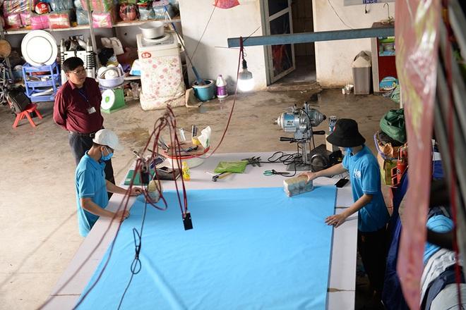 Đôi vợ chồng ở Hà Nội chi hơn 200 triệu đồng may 40.000 khẩu trang phát miễn phí - Ảnh 1.