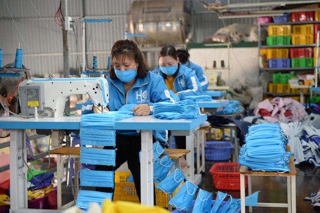 Đôi vợ chồng ở Hà Nội chi hơn 200 triệu đồng may 40.000 khẩu trang phát miễn phí - Ảnh 9.
