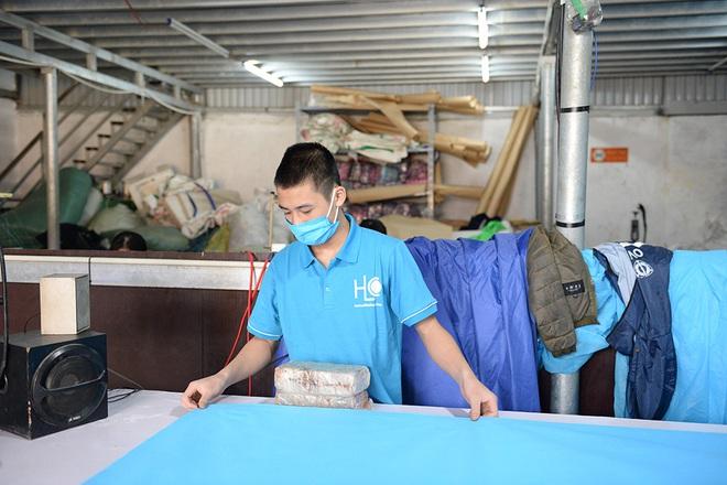 Đôi vợ chồng ở Hà Nội chi hơn 200 triệu đồng may 40.000 khẩu trang phát miễn phí - Ảnh 2.