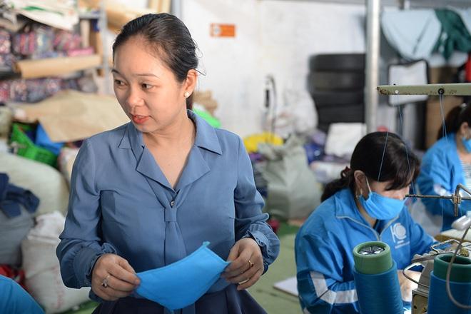 Đôi vợ chồng ở Hà Nội chi hơn 200 triệu đồng may 40.000 khẩu trang phát miễn phí - Ảnh 14.