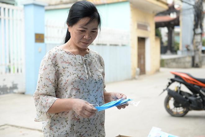 Đôi vợ chồng ở Hà Nội chi hơn 200 triệu đồng may 40.000 khẩu trang phát miễn phí - Ảnh 24.
