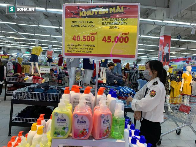 Giá nước rửa tay khô lao dốc trong mùa dịch Covid-19 khi quay lại siêu thị ở Hà Nội - Ảnh 1.