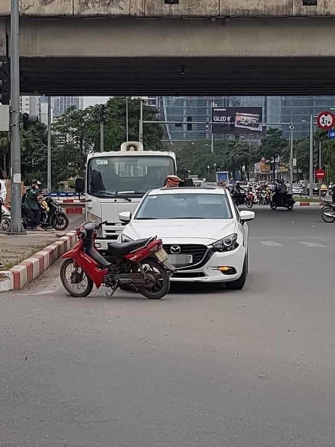 Không đền được tiền sửa ô tô sau va chạm, người đàn ông để xe máy lại hiện trường rồi rời đi - Ảnh 3.