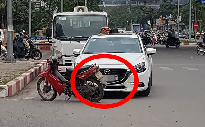 Không đền được tiền sửa ô tô sau va chạm, người đàn ông để xe máy lại hiện trường rồi rời đi
