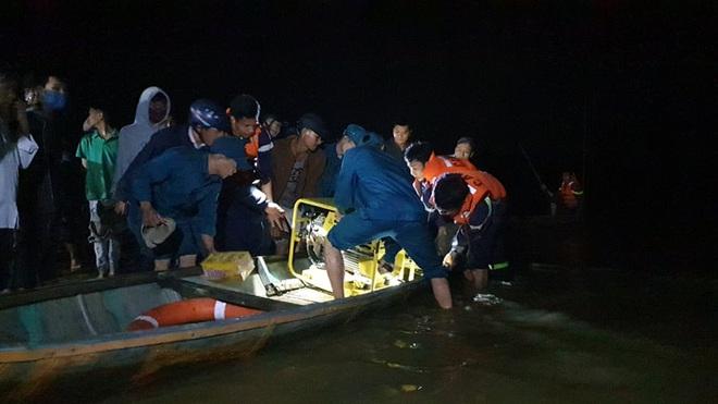 Ghe chở 10 người vượt sông đi cúng đầu năm bị chìm, đã vớt được 2 thi thể, 4 người còn mất tích - Ảnh 1.